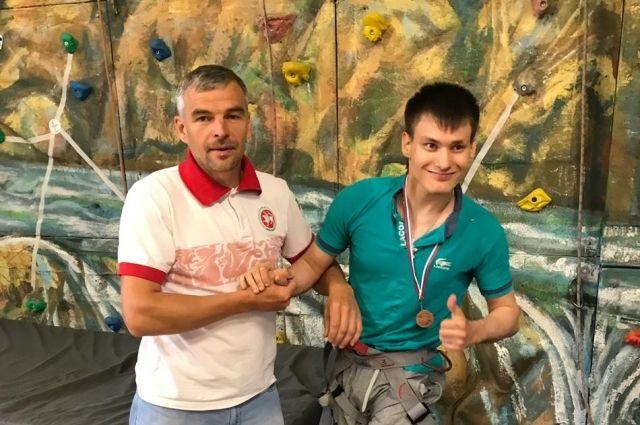 Алексей Бражкин, преодолев себя, помогает подняться другим.