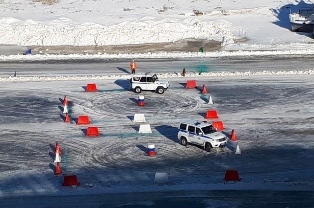 Автогонки сотрудников силовых структур на служебных автомобилях.