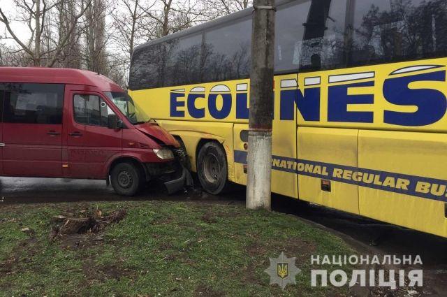 В Николаевской области маршрутка столкнулась с автобусом, есть пострадавшие