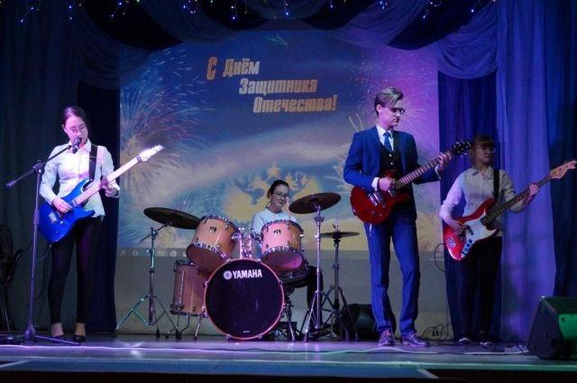 В Новом Порту прошел концерт «Непобедимая и легендарная»