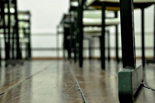 В Орске из-за трещины в школе детей будут учить в других учреждениях.