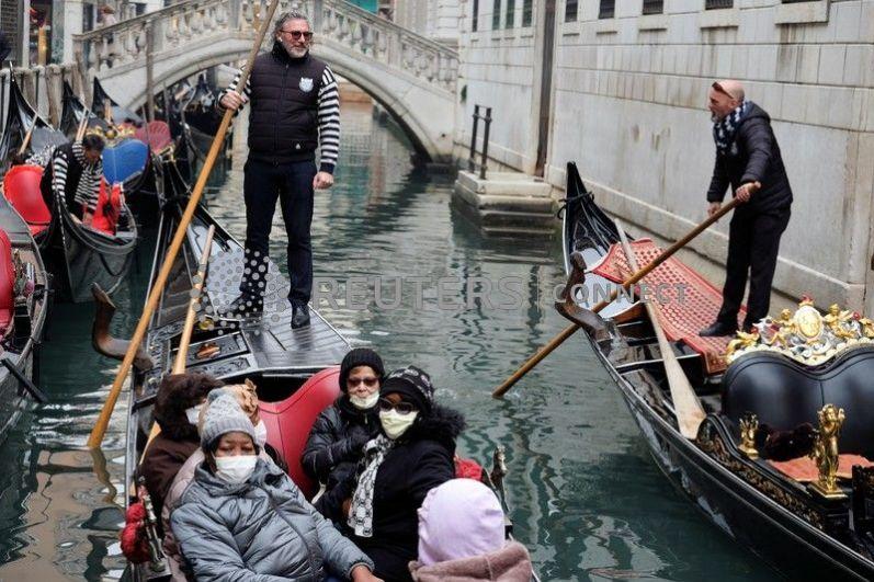Туристы в Венеции.