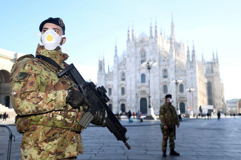Военные в масках возле собора Дуомо, закрытого из-за вспышки коронавируса, Милан.