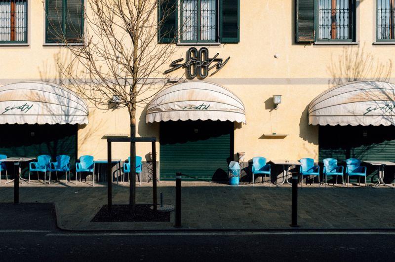 Закрытое кафе в Сан-Фьорано, одном из городов, закрытых на карантин из-за вспышки коронавируса.