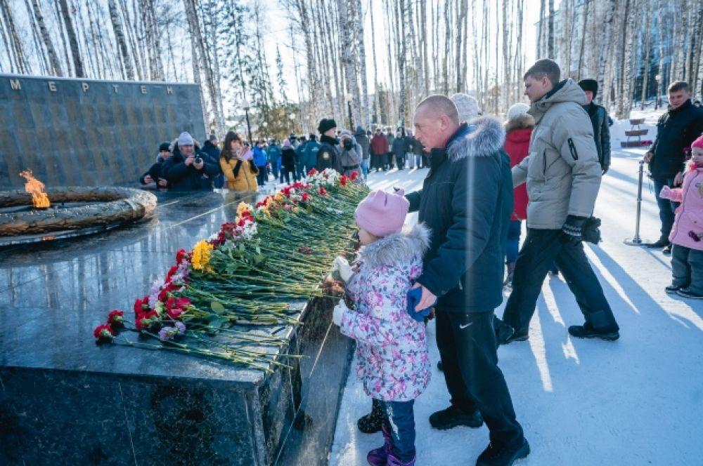 После чего участники церемонии возложили цветы к Вечному огню мемориала Славы