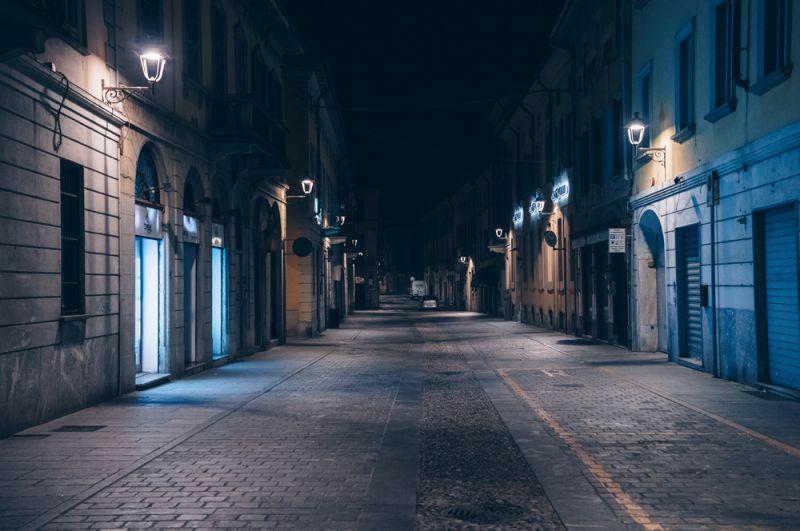 Пустые улицы в Сан-Фьорано в провинции Ломбардия.