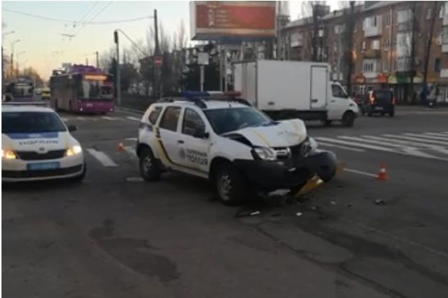 В Полтавской области патрульный уснул за рулем и въехал в троллейбус