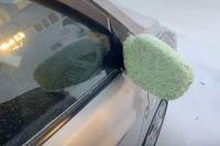 Ямалец позаботился о своем автомобиле, связав для зеркал варежки