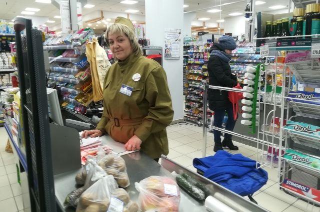 В супермаркетах продавцы встречают покупателей в военной форме.