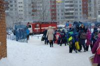 Новосибирских школьников массово эвакуируют из учебных заведений из-за угроз о минировании.