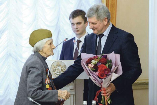 Александр Гусев поздравил каждого ветерана с праздником и наградил медалью «75 лет Победы в Великой Отечественной войне».