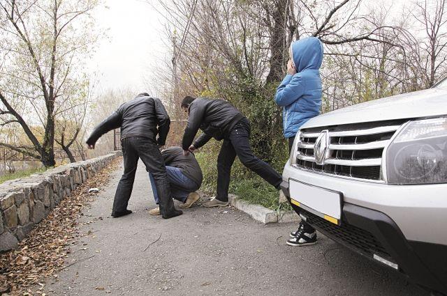 На дорогах и мужчины, и женщины кидаются друг на друга с кулаками.