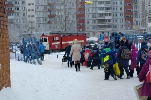 Сегодня по школам Новосибирска прокатилась волна сообщений о ложном минировании.