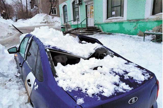 Лавина изо льда и снега проломила крышу. Чтобы исправить повреждения, придётся заплатить немалые деньги.