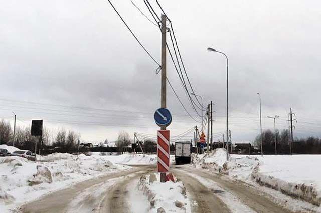 Из-за опор ЛЭП автобусам невозможно развернуться в районе новой остановки.