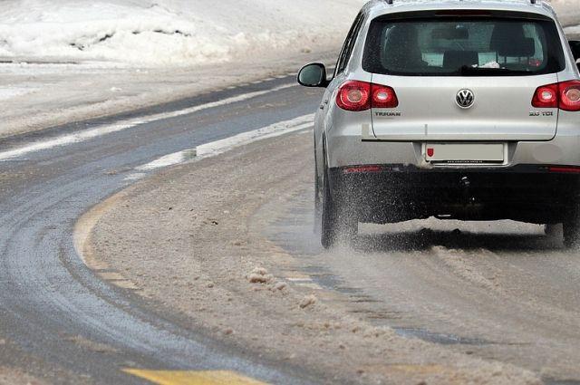 Обстановка на дорогах Орска осложнилась из-за снега.