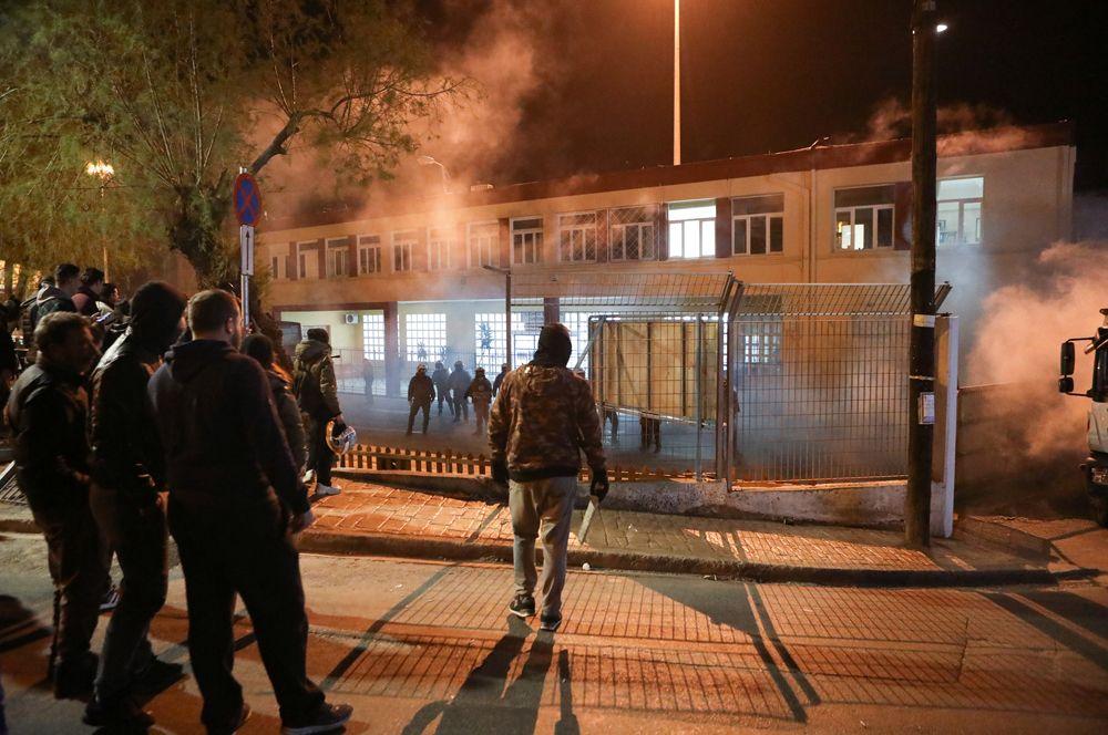 Столкновения протестующих с полицией в порту города Митилины на Лесбосе.