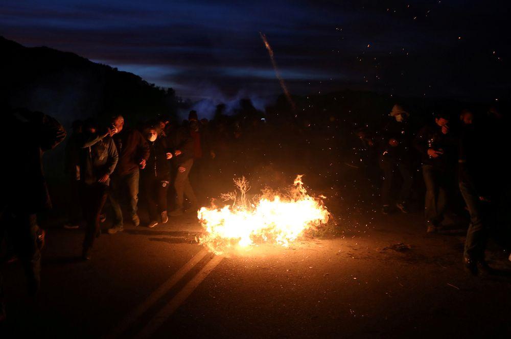 Столкновения местных жителей с полицией города Карава на Лесбосе.
