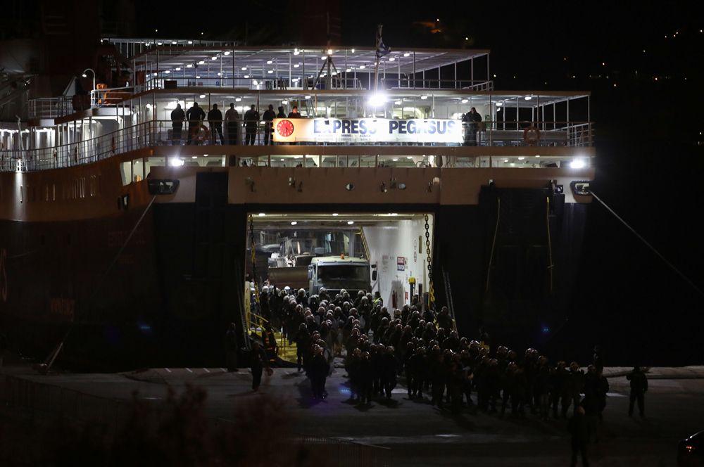 Паром, прибывающий в порт города Митилины на острове Лесбос.