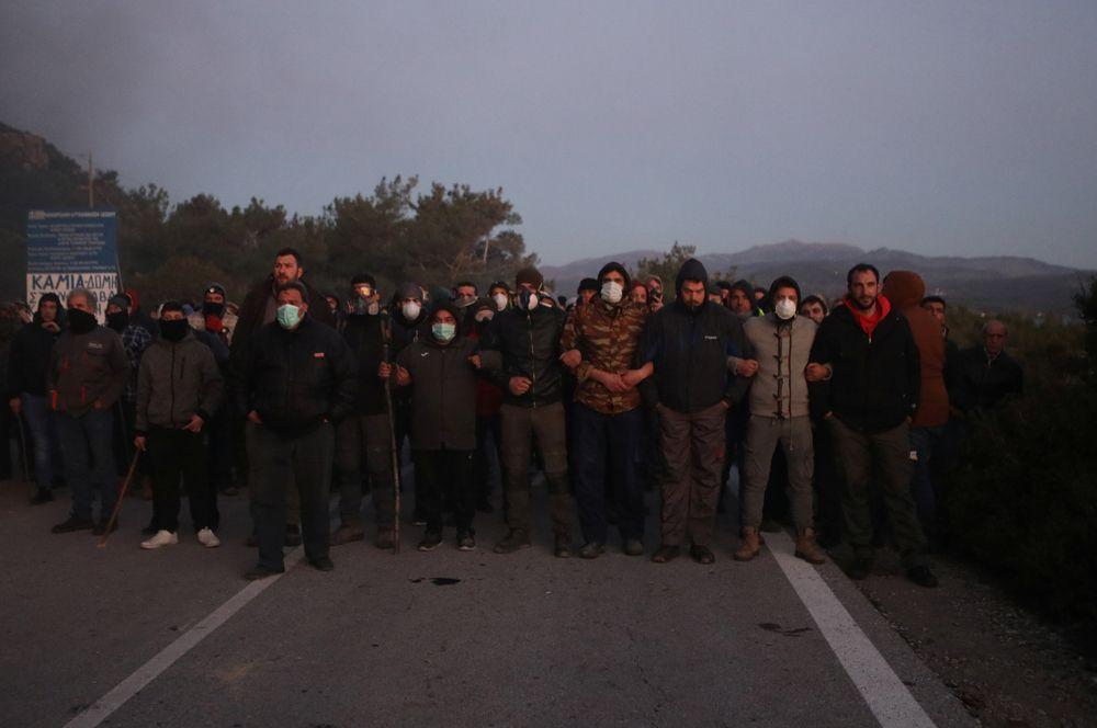 Местные жители, вышедшие на улицы города Карава на острове Лесбос.