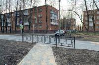 Именно эти дорожка и забор стали причиной потасовки с подрядчиком.