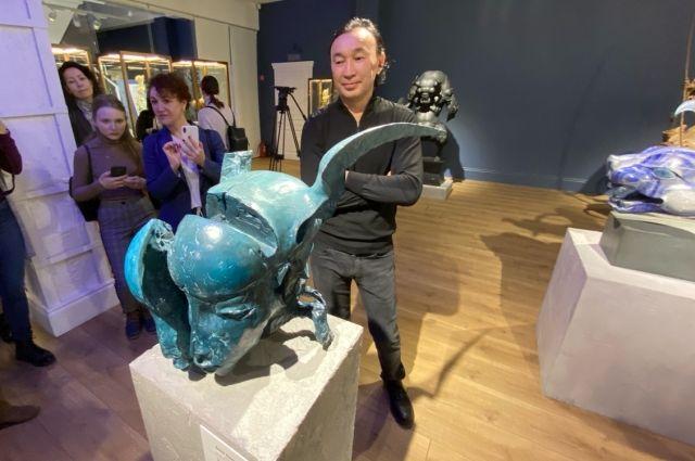 Мастер называет скульптуру английской историей. Он лепил её в лондонской мастерской, отливали работу в Италии.