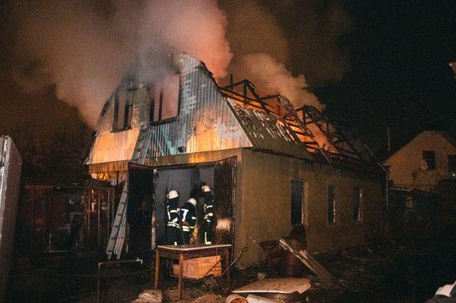 В Киеве вспыхнул и сгорел дотла дом с двумя автомобилями