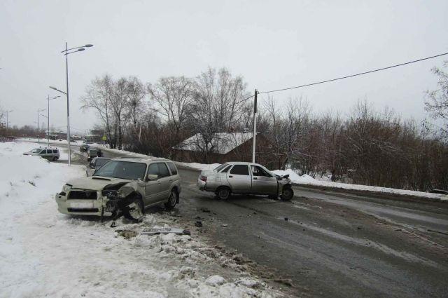 Пять человек пострадали при столкновении ВАЗа и иномарки