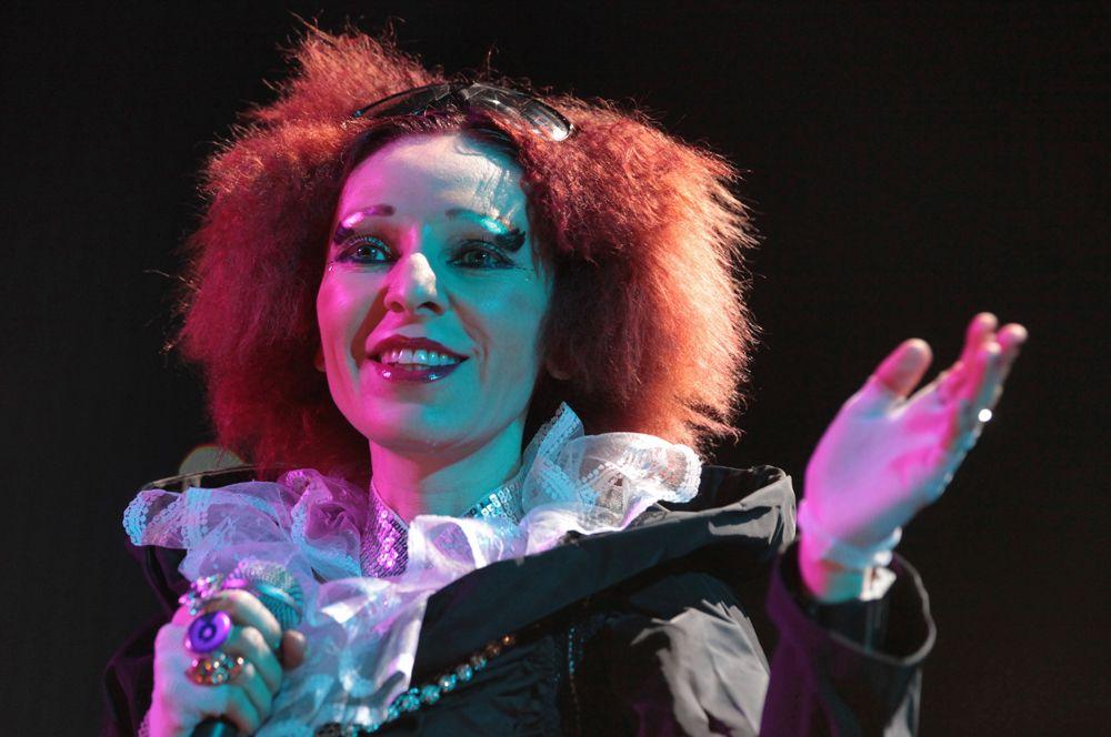 Жанна Агузарова на сцене «Олимпийского» во время концерта, посвященого 50-летию Гарика Сукачева, 2009 год.