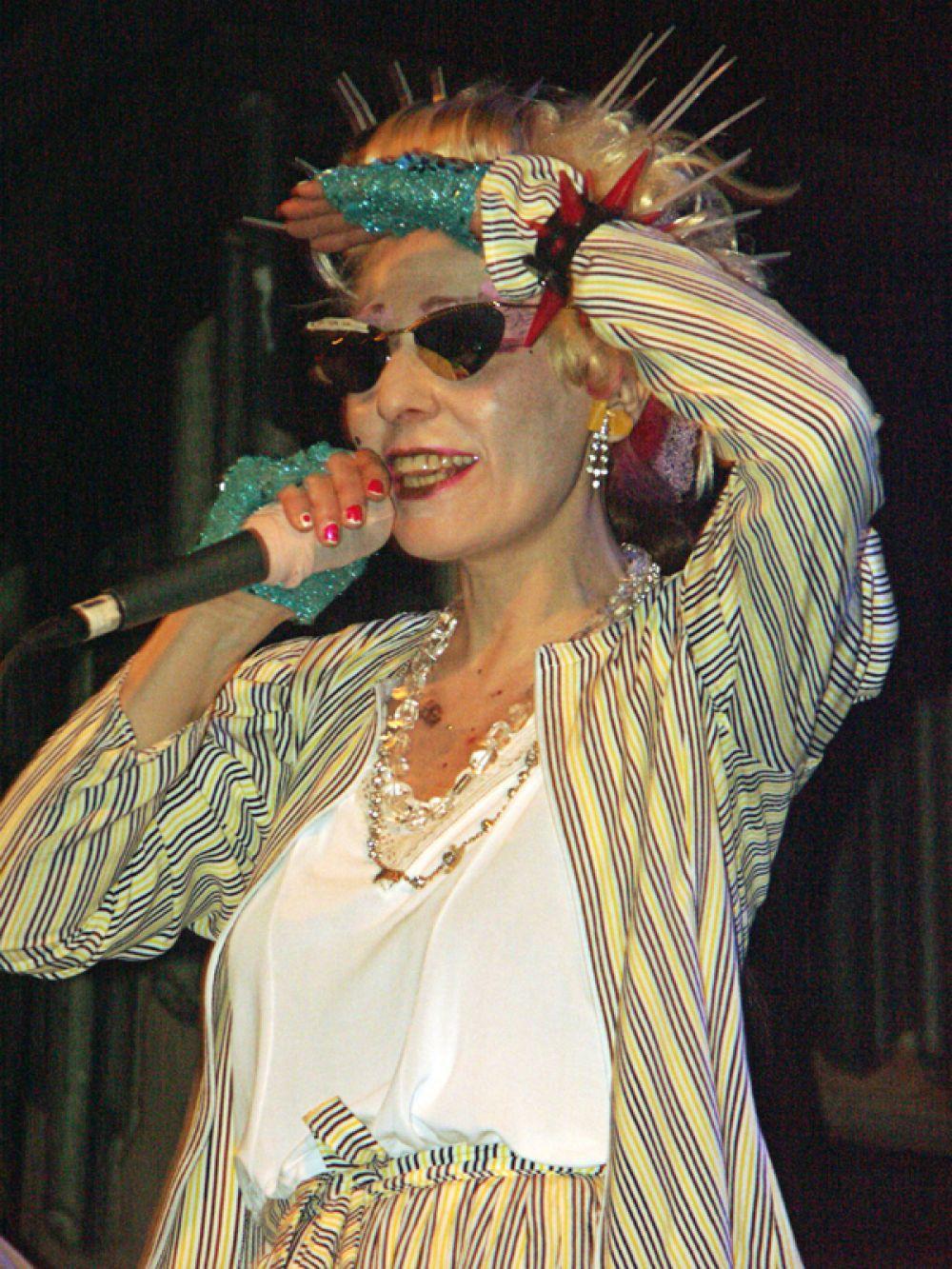 Эстрадная певица Жанна Агузарова во время выступления в одном из московских клубов, 2004 год.