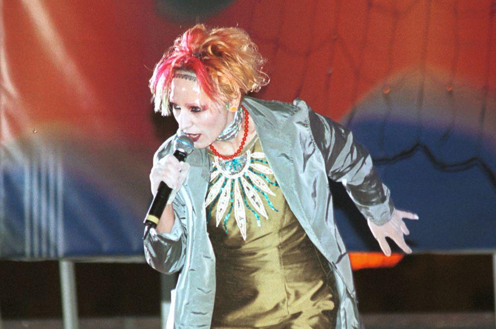 Жанна Агузарова во время концерта, 2000 год.