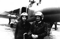 Суламбек Осканов (слева) на лётном поле
