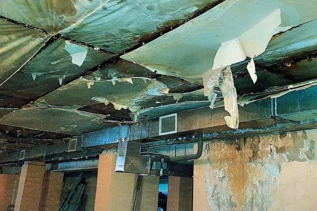 В тюменском паркинге на автомобили обрушилась обшивка потолка