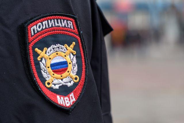 В Оренбурге полицейские проверяют сообщение об избиении школьника соседом.