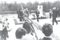 Ульяну Фефелову вручают медаль в честь 40-летия Победы.