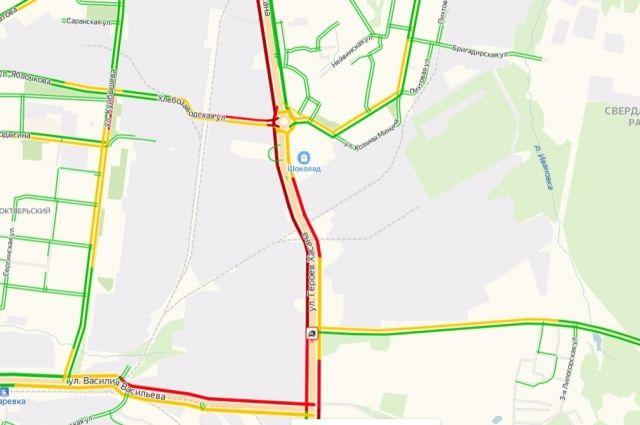 Сервис Яндекс пробки  показывает, что скороть движения автомобилей на этом участке очень низкая.