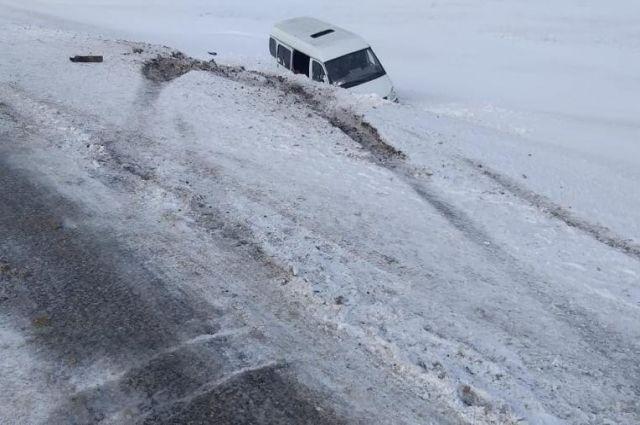 При не установленных пока обстоятельствах автомобиль съехал в правый кювет.