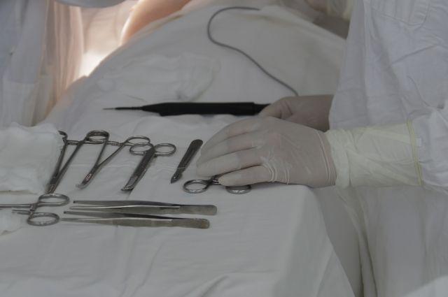 Врач не верно выбрал методику вхождения в брюшную полость, из-за чего повредил женщине брюшную аорту хирургическим инструментом, и она скончалась из-за кровопотери.