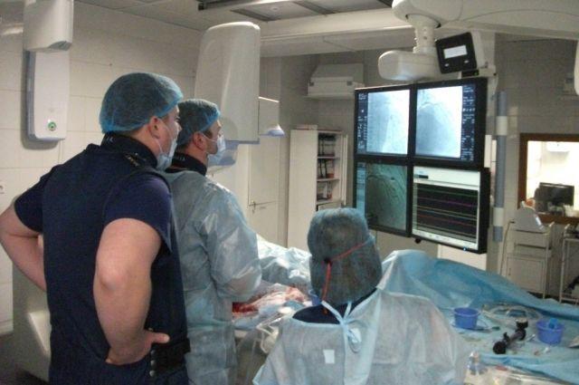 Во время операции вспомогательные инструменты-катетеры провели через всё тело пациента – от паха до головы.