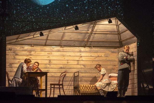 Спектакль стал творческим подарком для новосибирских зрителей в преддверии весны.