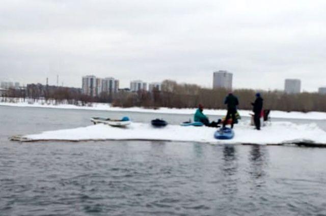 Новосибирец рассказал, что напротив его дома в реке Обь на небольшой льдине плывут люди.