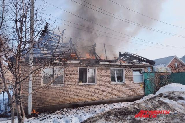 В Оренбурге на улице Ноябрьской произошло возгорание дома №2.