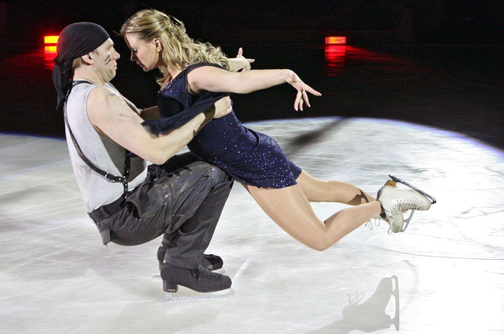 Актер Вадим Колганов и певица Анна Семенович во время выступления  шоу «Ледниковый период. Лучшее» в Калининграде. 2010 год.