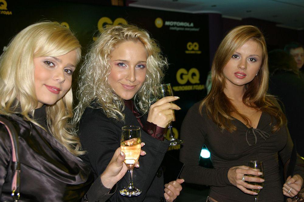 Группа «Блестящие» на церемонии награждения «Человек года GQ». Слева направо - Ксения Новикова, Юлия Ковальчук, Анна Семенович. 2004 года.