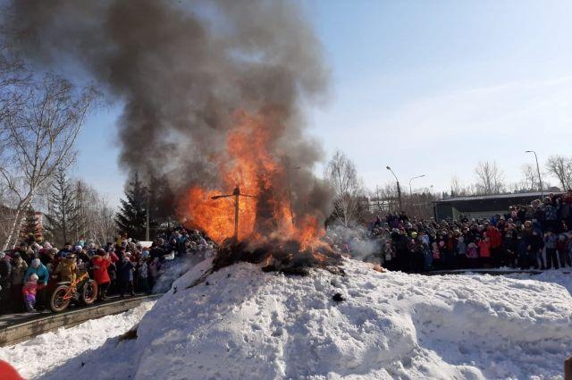 Чучела сжигали почти во всех парках города. На фото - Центральный парк.