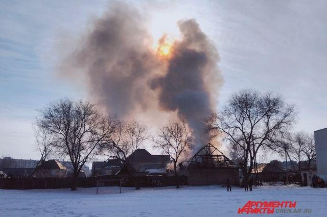 МЧС: в Оренбурге при пожаре на Ноябрьской никто не пострадал.