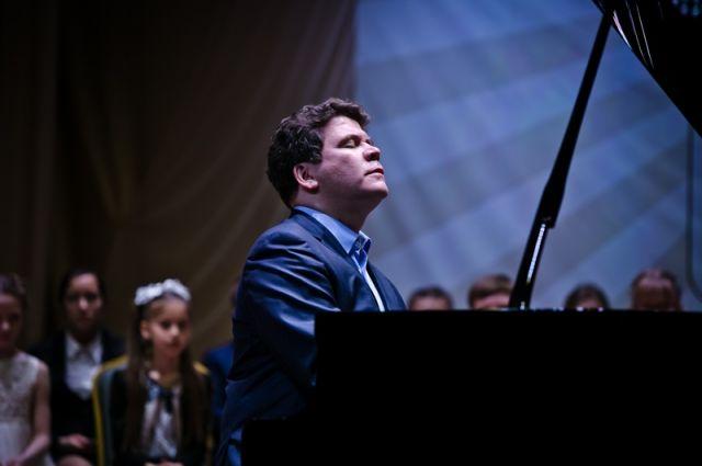 В Оренбурге Денис Мацуев вручил стипендии юным музыкантам.