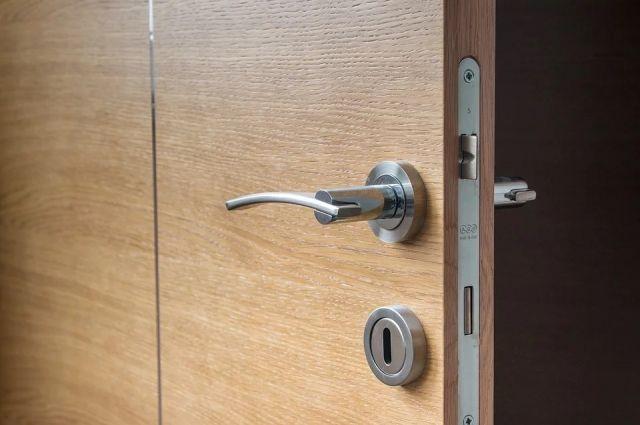 Дверь пришлось открывать с помощью слесарного инструмента.