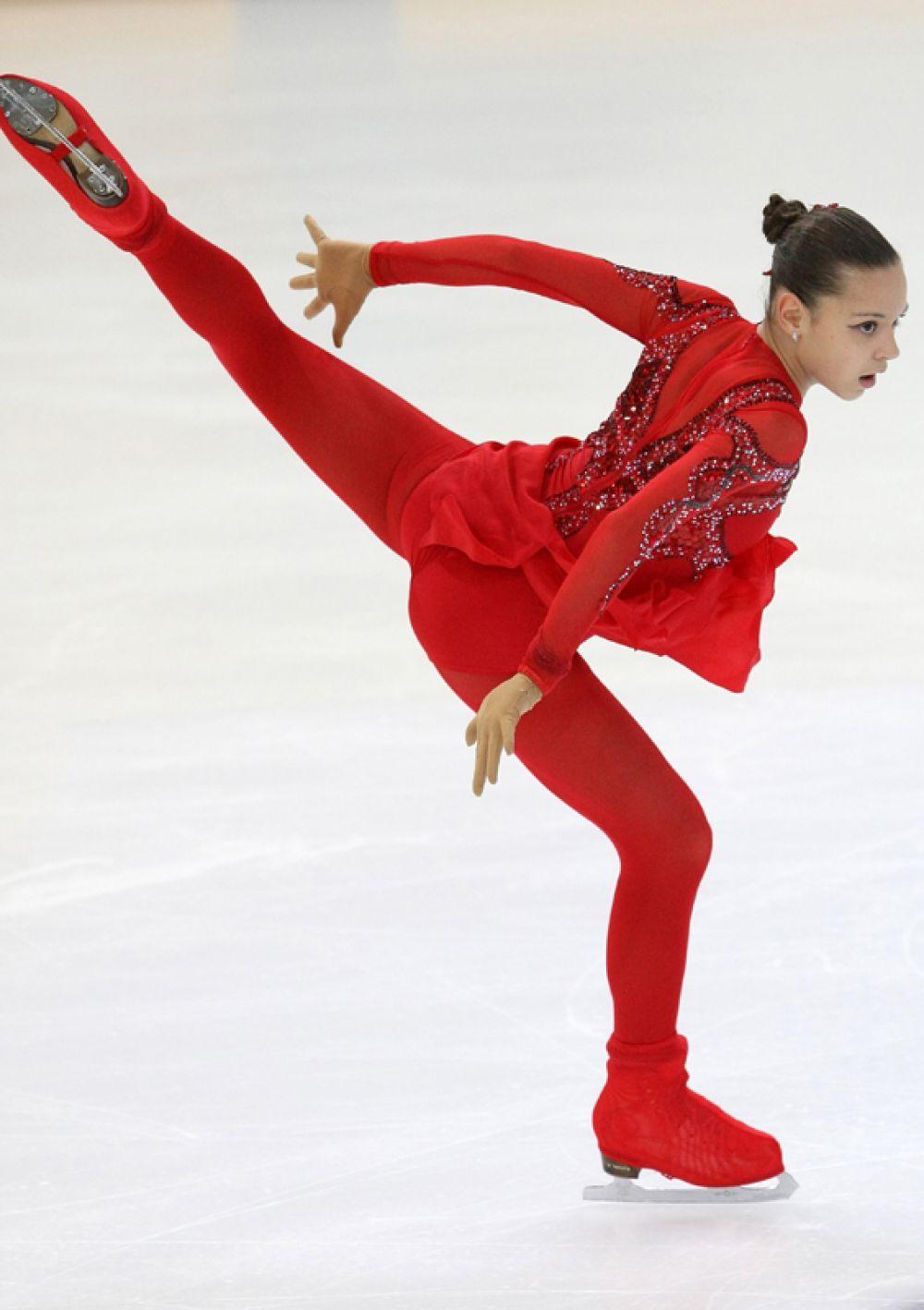 Фигуристка Аделина Сотникова выступает с короткой программой в женском одиночном катании на Чемпионате России по фигурному катанию. 2011 год.