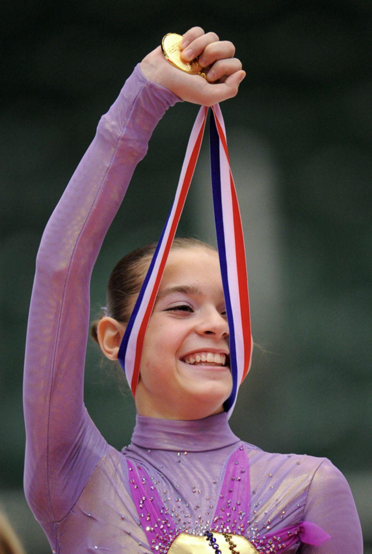 Российская фигуристка Аделина Сотникова, победившая в финале юниорского Гран-при по фигурному катанию, на церемонии награждения. 2010 год.